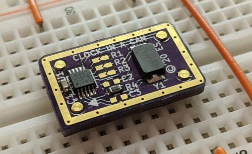 Oscilador de reloj en un encapsulado diminuto